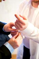 Bräutigam beim Anziehen