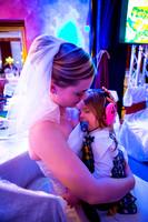Das Kind ist bei der Braut im Arm eingeschlafen.